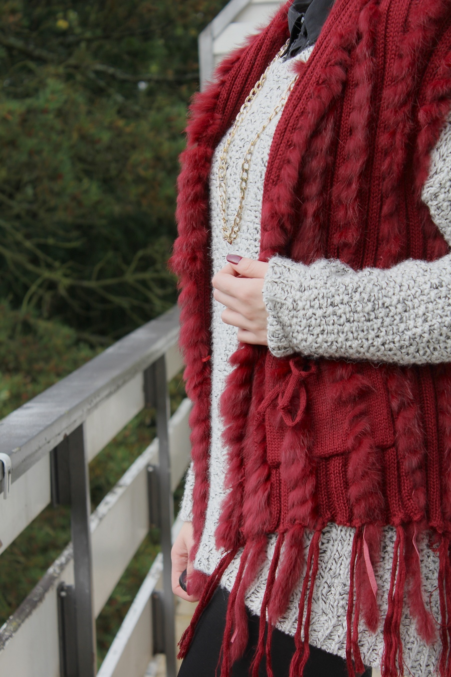 outfit-details-nails-bordeaux-west-fur-gold-accessoires