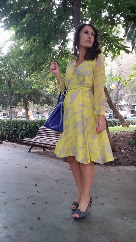 vestido floral amarillo y gris, zapatos grises, pumps destalonados, bolso azul Klein, floral dress, yellow and grey, grey shoes, undercut pumps, blue Klein bag, Aliexpress, Zara, Furla