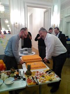 Tristan Nitot coupe le gâteau d'anniversaire de Firefox