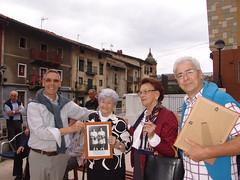 Bildosola y Totorika entregan el recuerdo a dos rauetistas