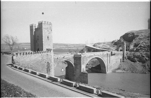 Puente de Alcántara en Toledo a mediados del siglo XX. Fotografía de Roberto Kallmeyer © Filmoteca de Castilla y León. Fondo Arqueología de Imágenes