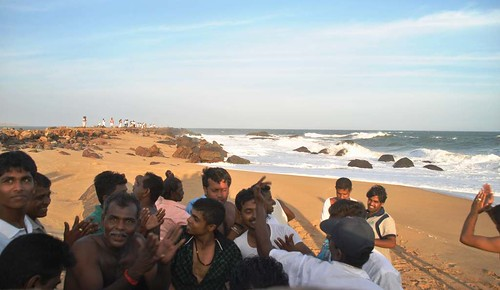 118 Atardecer en la playa, fiesta con locales y anochece en el templo en Kirinda (18)