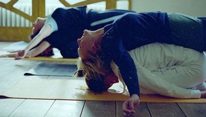 Relajación en una postura reiki donde se siente el contacto de los cuerpos