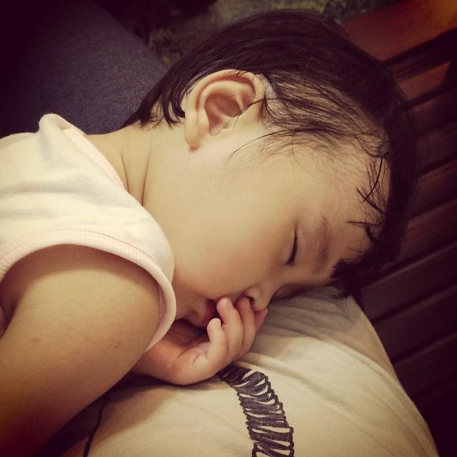 最好睡的枕頭就是馬麻肥肥的肚仔