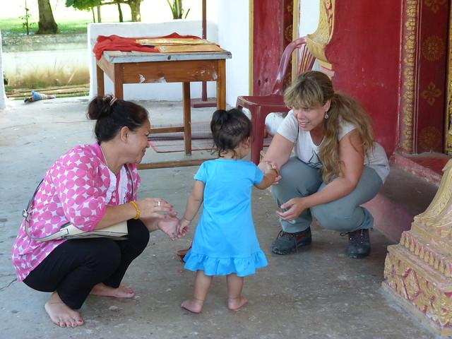 Rebeca con una niña y su madre