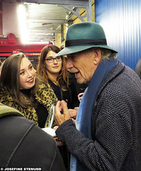 20161022_11 Ian McKellen greeting fans by the stage door after ''No man's land'' | Wyndham's Theatre, London, England