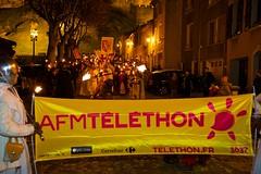sam, 03/12/2016 - 21:18 - La Marche aux flambeaux, dans le cadre du Téléthon, a cheminé, comme il est de tradition, de la Cité médiévale à la place Carnot, ce 3 décembre 2016.