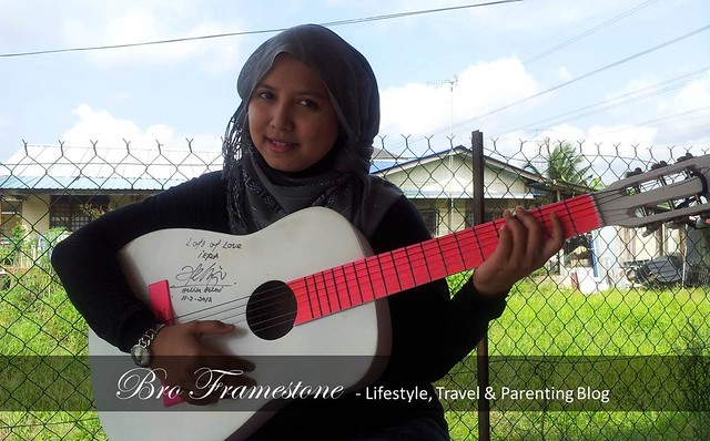 Isteri Pandai Main Gitar
