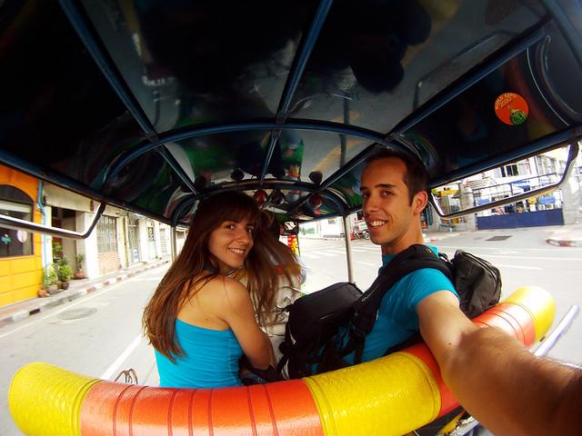 En el interior de un tuktuk de color amarillo en Bangkok