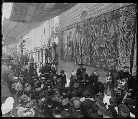 Procesión del Corpus hacia 1915. Fotografía de Aurelio de Colmenares y Orgaz, Conde de Polentinos Ⓒ Fototeca del IPCE, Ministerio de Educación, Cultura y Deporte. Signatura DCP-A-2628_P