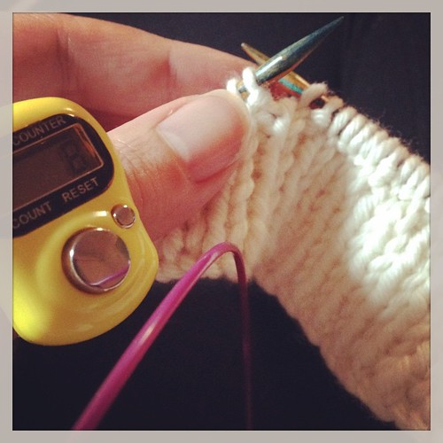 Finally made a start! #tonofwool #fringeandfriendsknitalong ... Also love this thumb counter!! #knittersofinstagram