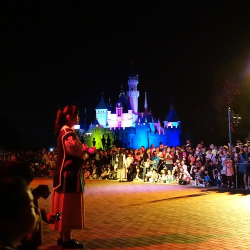 Disney Paint the Nightのオープニング音楽がちょうかっこいい。そしてキャッスルのライティングが音楽に合わせて変わる。必見。