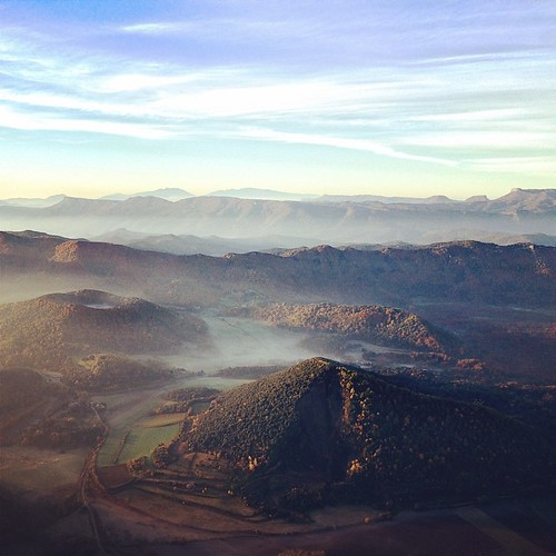 Els #volcans del #Croscat i #SantaMargarida amb el #Montseny al fons #Garrotxa #globus #balloon