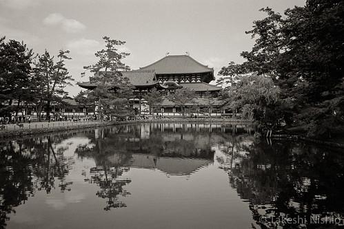 Daibutsu-den over Kagami-ike pond