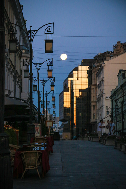 Full moon over Kamergersky Alley before sunrise, Moscow モスクワ、早朝のカメルゲルスキー横町と満月