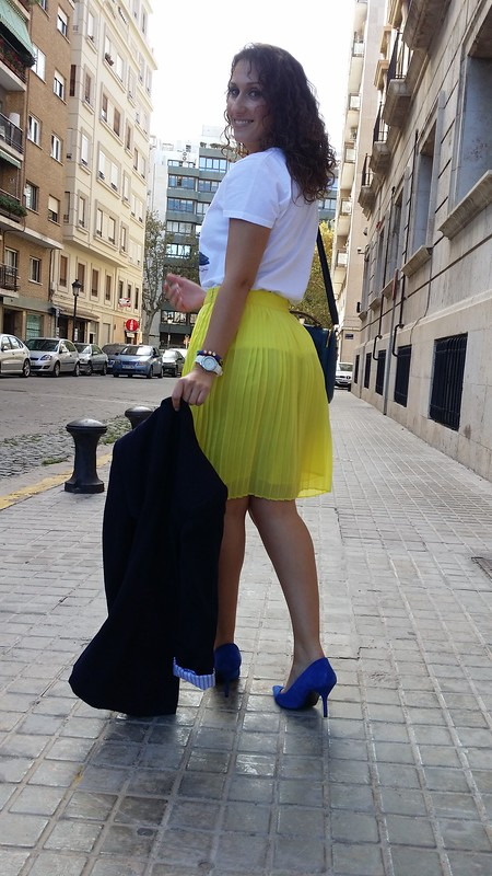 falda plisada amarilla, blazer azul marino, camiseta, zapatos azul Klein, bolso azul college, pleated yellow skirt, navy blue blazer, shirt, Klein blue shoes, blue bag, Zara, Mango, Aliexpress