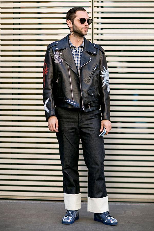 全身LOEWEコーデ 黒ダブルライダース×チェックシャツ×デニムパンツ×ネイビーローカットスニーカー