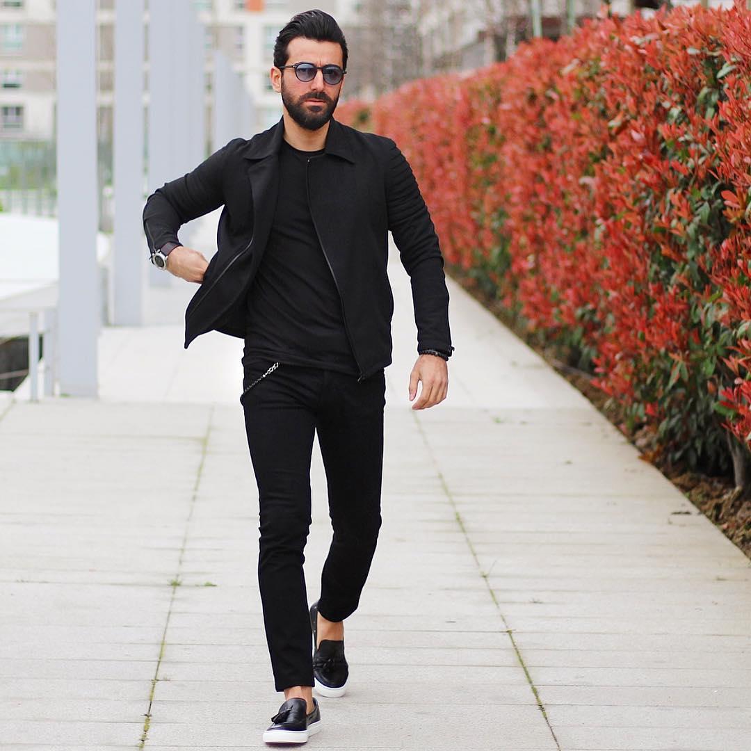 黒ブルゾン×黒Tシャツ×黒スキニーパンツ×黒タッセルスニーカー