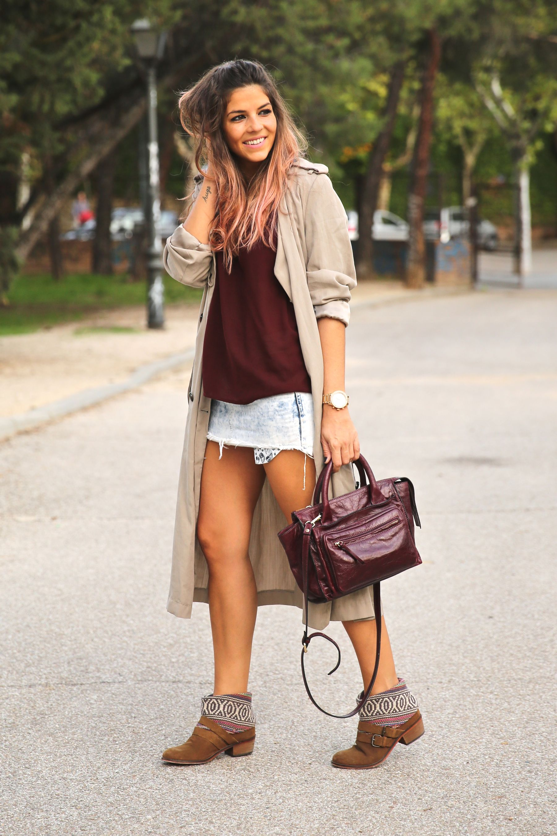 trendy_taste-look-outfit-street_style-ootd-blog-blogger-fashion_spain-moda_españa-boho-hippie-gabardina-botines_camperos-booties-gabardina-raincoat-burgundy_bag-zara-11