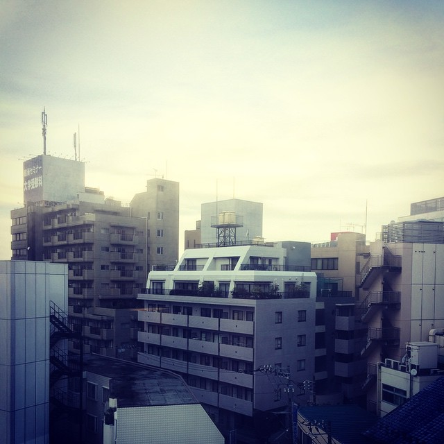 Photo:おはようございました。悔しさの残る柏の朝です。 にしても、ツイン1万円の割には部屋も広くて良いホテルだが、風呂場に干した洗濯物が一切乾いてないし、暖房入らんのは… By double-h_by_phone
