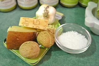 Ingredienti per fare il pesto (1); ingredients of the sauce with pesto