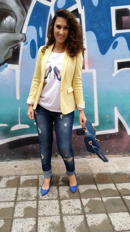 Jeans, blazer, vaqueros rotos, cami, Red Nails Ladies, blazer amarillo, zapatos azul Klein, Manolo Blahnik, Louboutin, bolso azul marino escudo, college, ripped jeans, tee, yellow blazer, Klein blue shoes, dark blue bag shield, Bershka, Aliexpress, Massimo Dutti, Zara