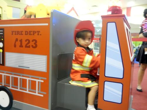 Kidzooona-Robinsons-Galleria-fireman-costume