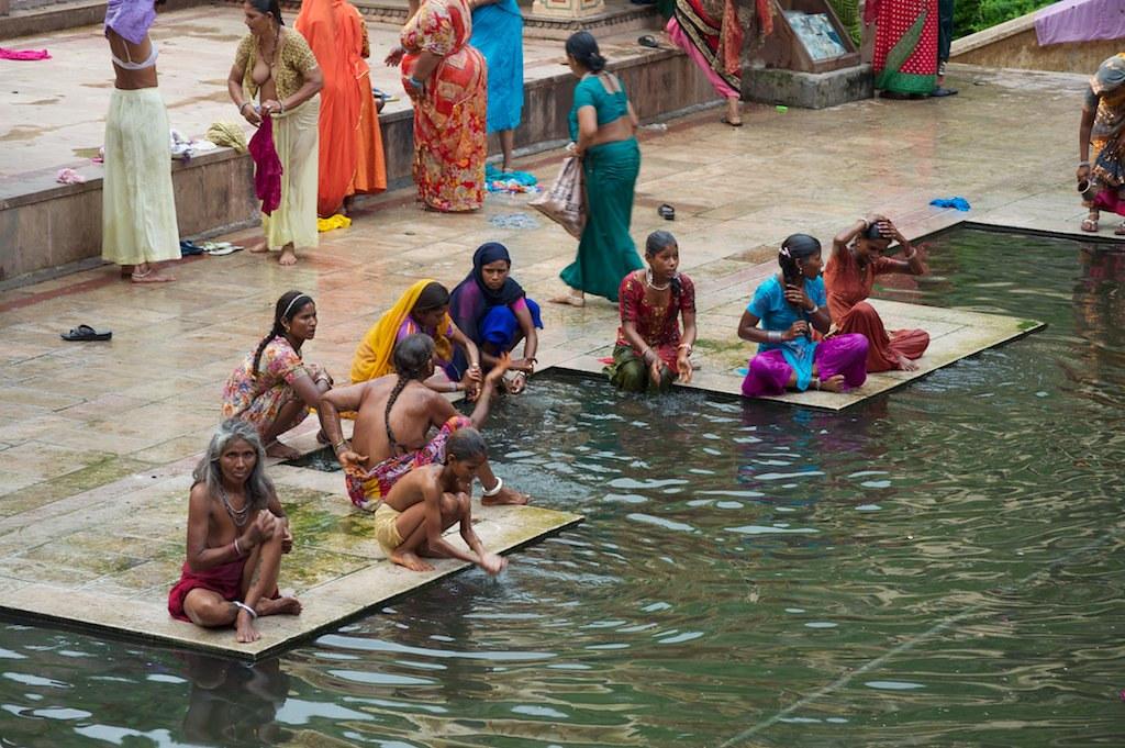 indianwomens-bathing-naked