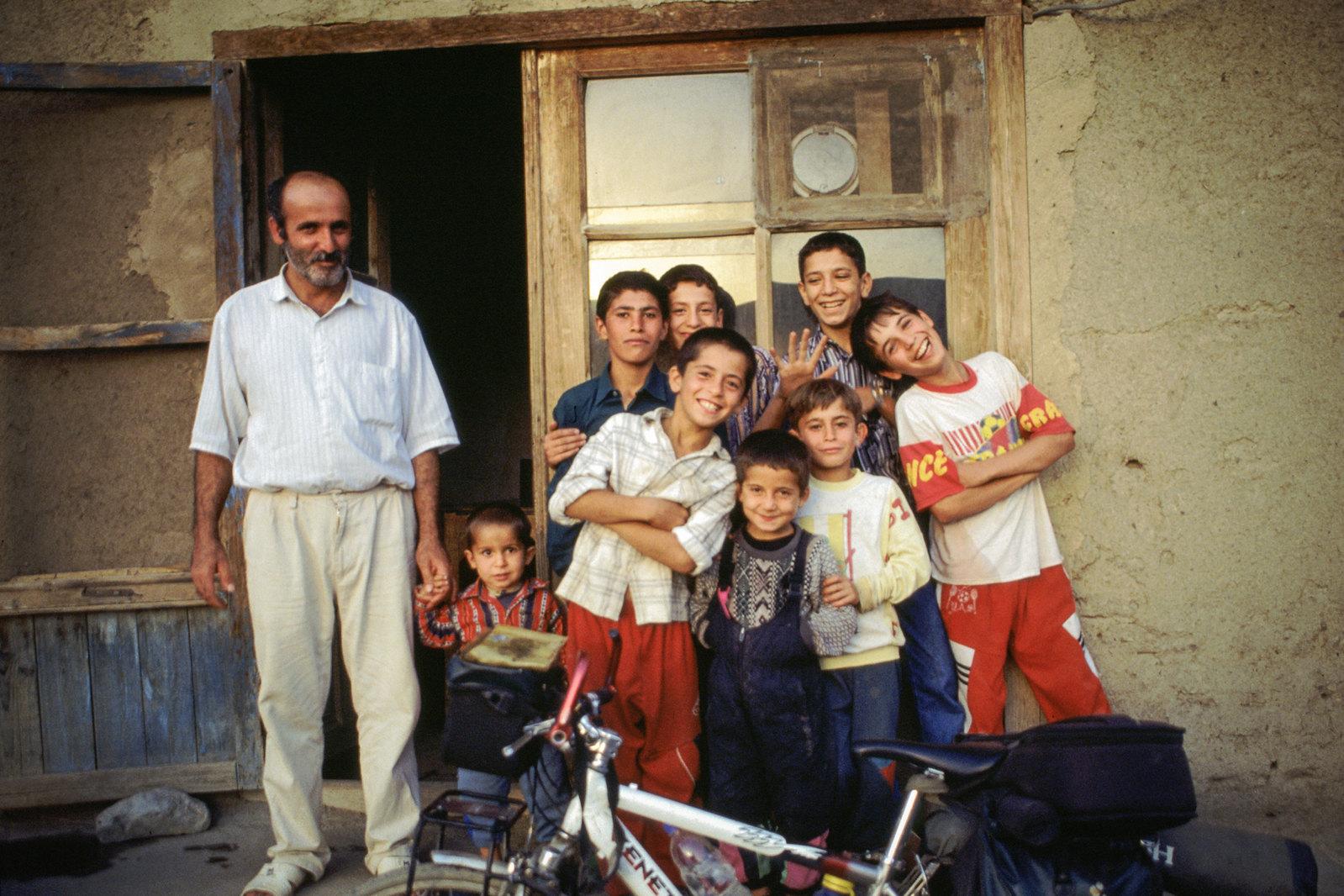 Road trip en Iran - Les garçons du village