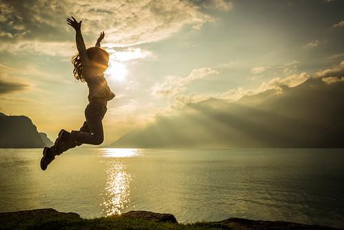 schweiz switzerland see jump jumping lily brienz brienzersee herbst wolken bern sonne sprung gegenlicht berneroberland springen kanton herbstferien