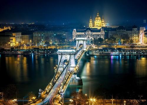 Ланцюговий міст Сечені через Дунай,позаду Базиліка св.Іштвана
