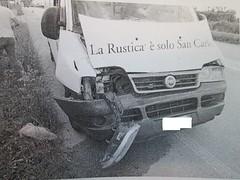 Il furgone delle patatine, danneggiato sul davanti