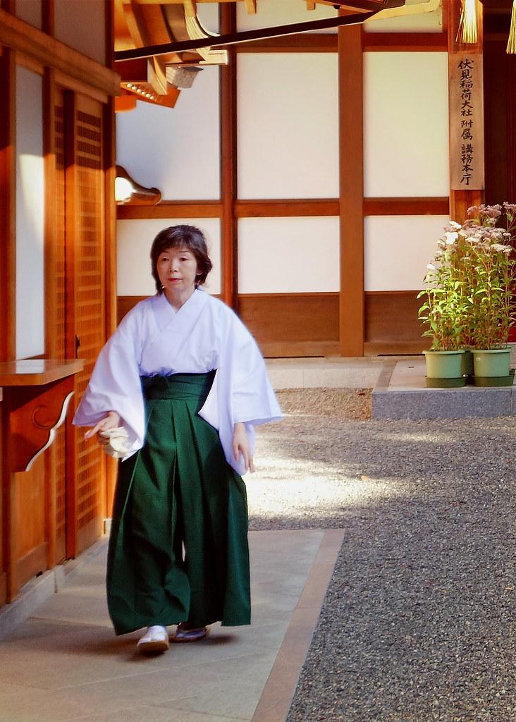 Woman, Fushimi Inari Taisha (伏見稲荷大社), Kyoto, Japan
