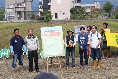 宜蘭小農以及支援團體共同簽署搶救農田地景宣言。左起:黃國添、許南山、李寶蓮、李玉菁以及小野。