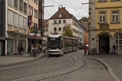 In der Altstadt verlässt die Trambahn die Haltestelle »Rathaus«