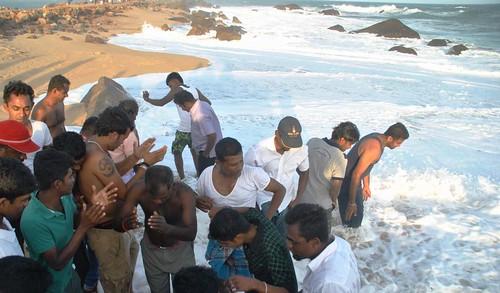 119 Atardecer en la playa, fiesta con locales y anochece en el templo en Kirinda (20)