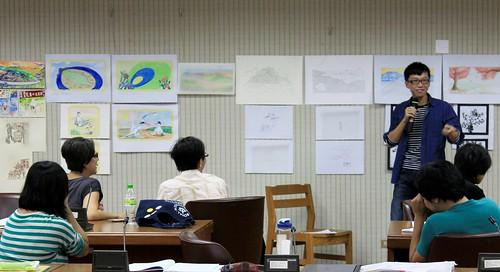 繪本創作營學員分享著小組共同創作