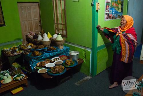 Bu Naryono memasak makanan untuk sesaji Ruwatan Rambut Gembel pada acara Dieng Culture Festival 2014