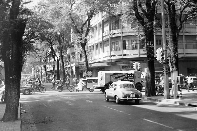 SAIGON 1966 - Ngã tư Tự Do-Nguyễn Văn Thinh, nay là ngã tư Đồng Khởi-Mạc Thị Bưởi - ASTOR HOTEL