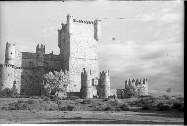 Castillo de Guadamur en Toledo a mediados del siglo XX. Fotografía de Roberto Kallmeyer © Filmoteca de Castilla y León. Fondo Arqueología de Imágenes