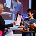 Eva-Lis Sirén får ett livstidsmedlemskap i Lärarförbundet och en livstidsprenumeration på Lärarnas tidning