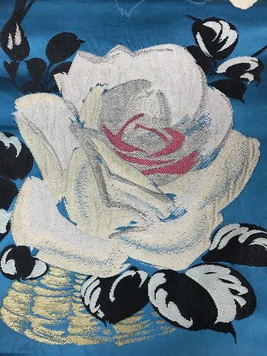 青地に薔薇