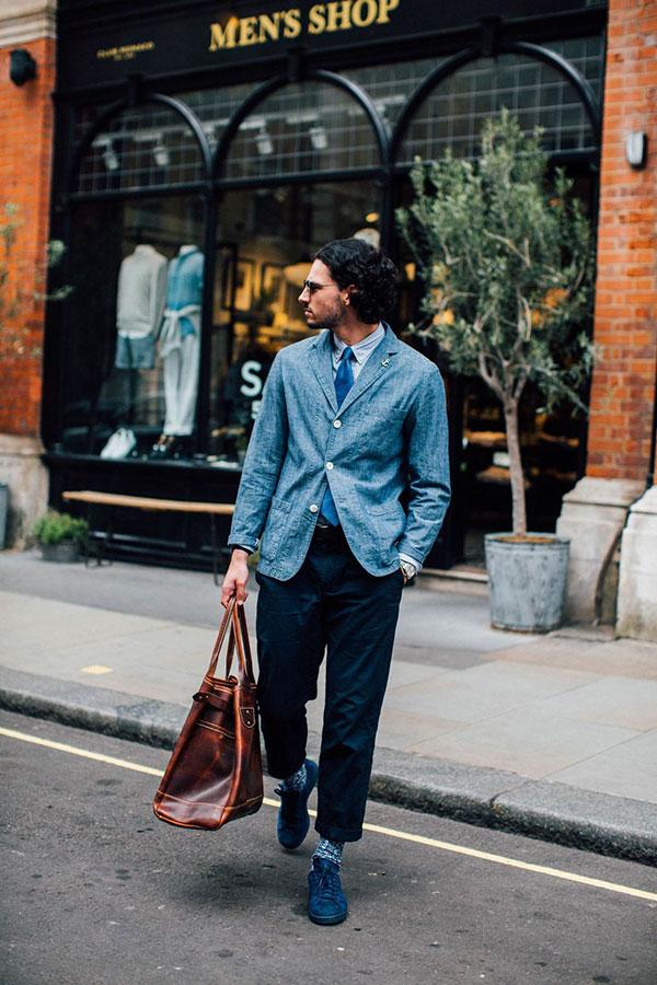 シャンブレーテーラードジャケット×ライトブルーオックスフォードシャツ×青ネクタイ×紺チノパン×紺スニーカー