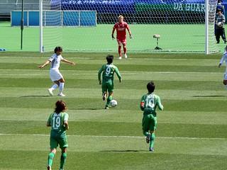 ゴールに突き進む阿部選手。