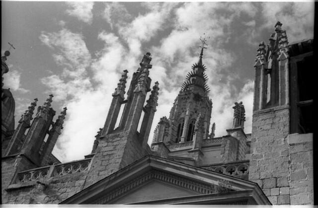 Zona superior de la Puerta Llana de la Catedral en Toledo a mediados del siglo XX. Fotografía de Roberto Kallmeyer © Filmoteca de Castilla y León. Fondo Arqueología de Imágenes