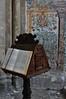 Lutrin et fresques de l'abside (XVème siècle), basilique Notre-Dame de Valère (XIIe-XIIIe siècles), colline de Valère, Sion, canton du Valais, Suisse.