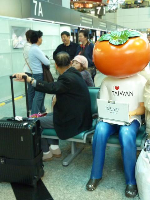 wifi。桃園機場的中華電信柿子頭假人