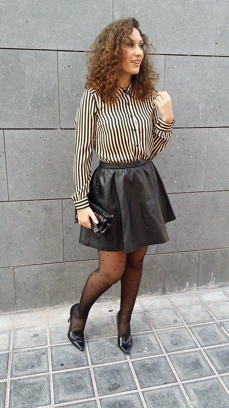 blusa de rayas beige y negras, mini falda, piel negra, medias de plumetis negras, zapatos de salón negros, beige and black striped blouse, black leather mini, black plumetis tights, black shoes, Traka Barraka, H & M, Calzedonia, Zara, Suiteblanco, Stadivarius