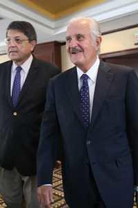 Sergio Ramírez y Carlos Fuentes, en la ciudad de México, en la conferencia de prensa sobre el premio Formentor de las Letras 2012, otorgado al escritor Juan Goytisolo en marzo de ese año. Foto María Meléndrez Parada