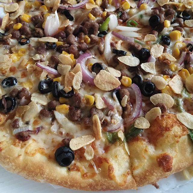 어제 이른 디나로 먹은 #도미노피자 #불고기 #피자 이다. #스위트콘 #블랙올리브 #적양파 #갈릭후레이크 를 추가로 토핑해 보았다. 매우 만족스러왔다. #DominosPizza #pizza #dinner #delicious #food #먹스타그램 #LGG3
